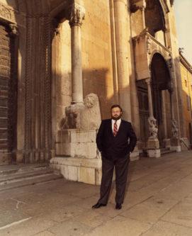 Gianfranco Ferré davanti al Duomo della città